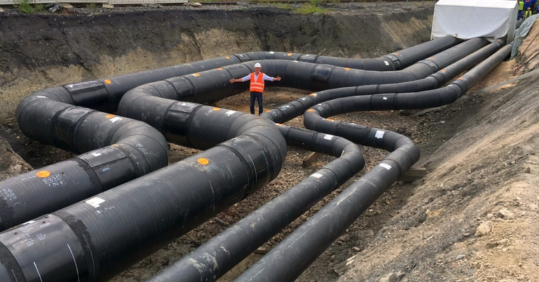 Size difference: The Bilfinger colleague illustrates the impressive dimensions of the pipes.