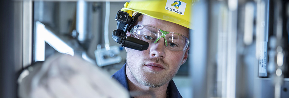With maintenance information displayed on their special glasses, on-site colleagues have their hands free to perform the job.